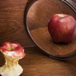 apple-core-in-mirror-anorexia-body-image-issues-800x500